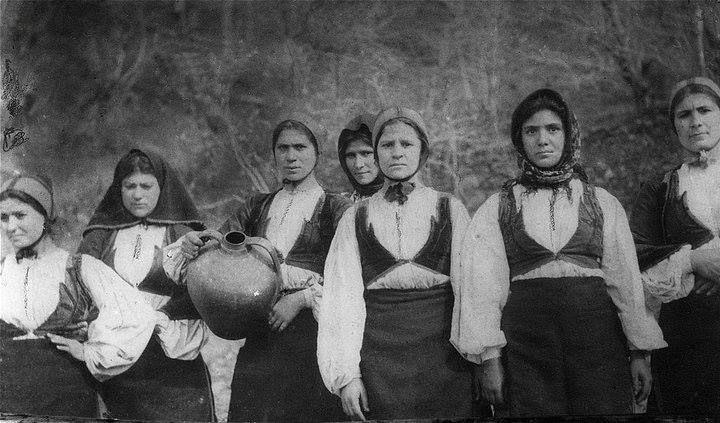 Sardegna: giovanni donne di Desulo. Anni 50/60 | Sardaigne ...
