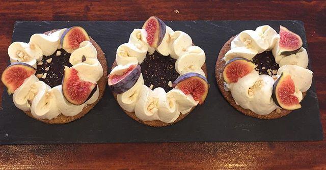 La pâtisserie du jour, Bonjour ! Tartelette noisette, ganache chocolat blanc vanille et sa compotée de figues. Miam Miam ! #chocolat #vanille #figues #pâtisserie #montpellier #mademoiselleetchocolat