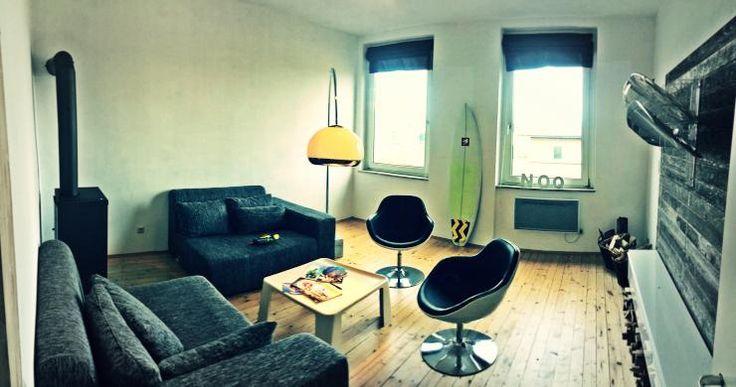 Schlichte Wohnzimmer-Einrichtungsinspiration aus Mainz: Couchlandschaft, Kaminofen, Schalensessel.  #WGZimmer #Mainz #Hartenberg