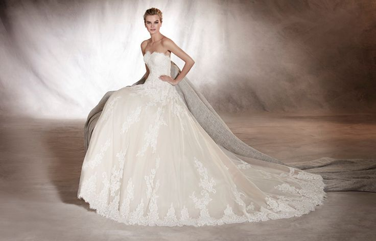 ALOHA - A fine wedding dress in tulle and lace that frames the figure from the sweetheart neckline