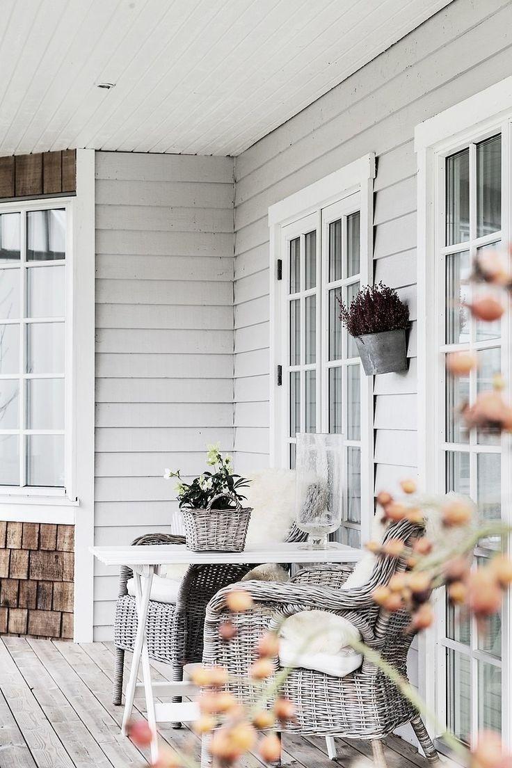 Välkommen till Onsalas vackraste hus! Ett drömhus med allt man kan tänkas önska - havsutsikt, exklusiva materialval, stora sociala ytor, gott om sovrum, tre eldstäder, rejäla altaner under tak, spabad, vinkällare och dubbelgarage. Villan är byggd 2002 och andas New England. Lugnt belägen på lättskött tomt med utsikt över Onsalafjorden och Gottskärs Hamn. Varmt v&#2...