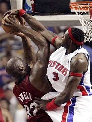 Ben Wallace blocking Shaq