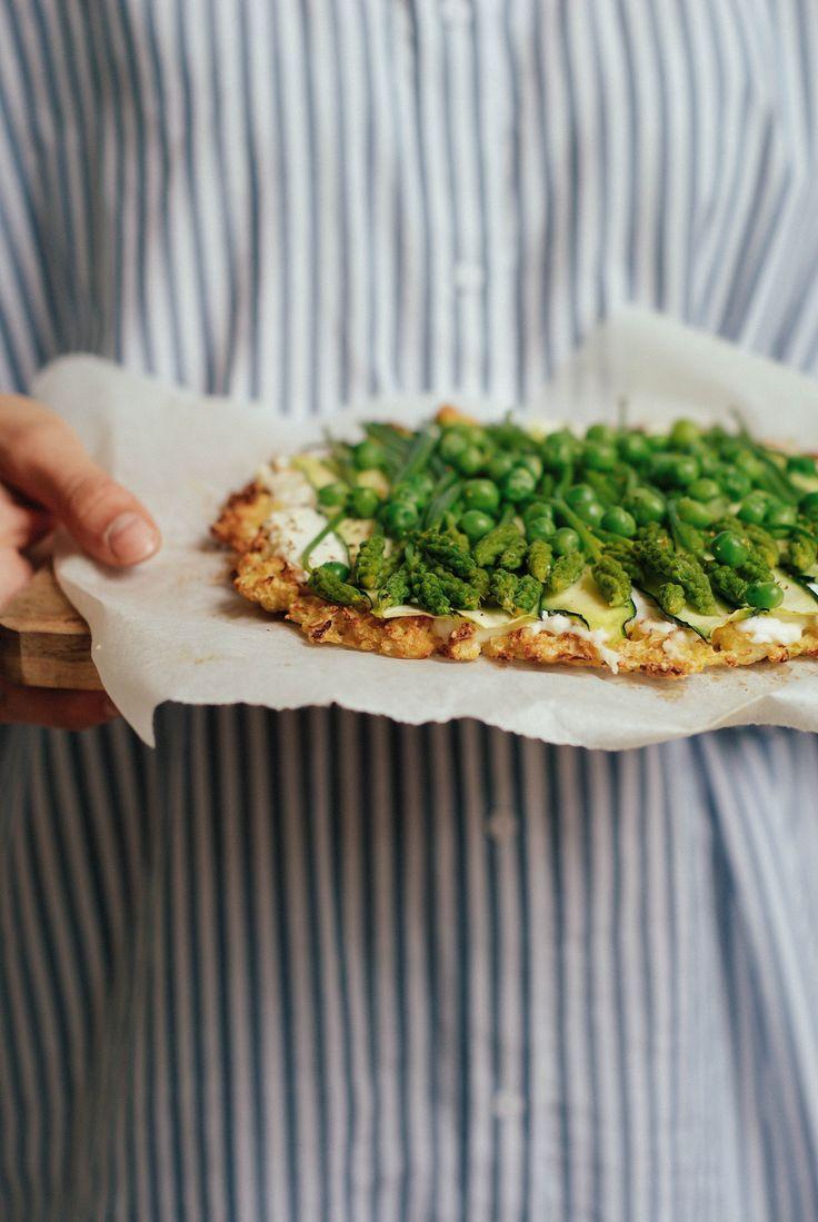 Pizza base chou-fleur, ricotta & légumes verts