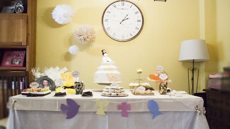 Mesa dulce comunión en tonos amarillos y beige. Decoración y organización mesa dulce a juego con los recordatorios y estampas.  Pide presupuesto a detallescolibri@gmail.com +info www.detallescolibri.com