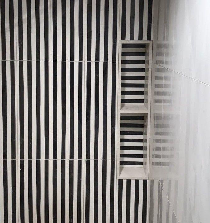 Decoración pared baño con baldosas en rayas blancas y negras en vertical.  #stripes #lines #blackandwhite #rayas #baldosas #cerámica #tiles #blancoynegro #pattern #stamp #revestimiento #memphismilano
