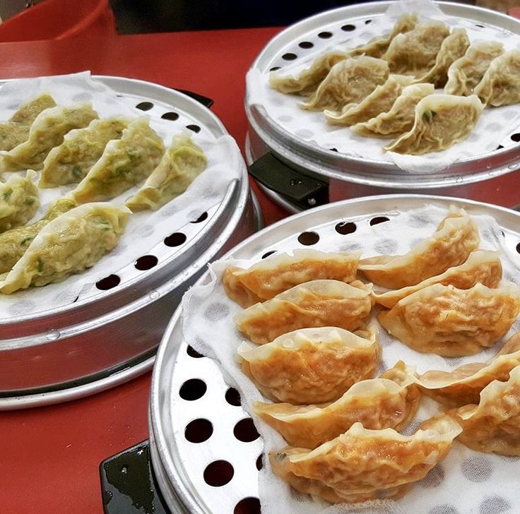 안녕~~❤️치아키です! 突然ですがみなさん、韓国料理好きですかー⁉︎ 🇰🇷 韓国料理といえば、サムギョプサル・ビビンバ・タッカルビなどなど… 種類もたっくさんありますが、たまに屋台飯のようなB級グルメも食べたくなりませんかー?😋❤️ 今回は、在韓キュレーターの私がおすすめする、韓国B級グルメのお店をご紹介します💓 麻浦マンドゥ 合井本店 こちら💓마포만두(麻浦マンドゥ)合井本店です! ソウル内に何店舗かあるチェーン店ですが、こちらは本店の合井店です! 合井駅2番出口を出たらすぐ目の前✨ 私が麻浦マンドゥをおすすめする理由⬇︎✨ ①とにかく安くて美味しい ②24時間営業 ③手軽で1人でも入りやすい この3つです‼️ 店内はこんな感じ✨ B級グルメでも店内は綺麗ですよ〜 席数は沢山ありますが、昼・夜ならいつも満席! ちなみに私はこの日、10時頃に1人でサクッと食べに行きましたが、入れ替わりでお客さんが沢山食べに来てました😋 私のようにおひとりさまも多いので、全然ケンチャナ〜です✌️✨ ちなみに店内はサインだらけです💓…