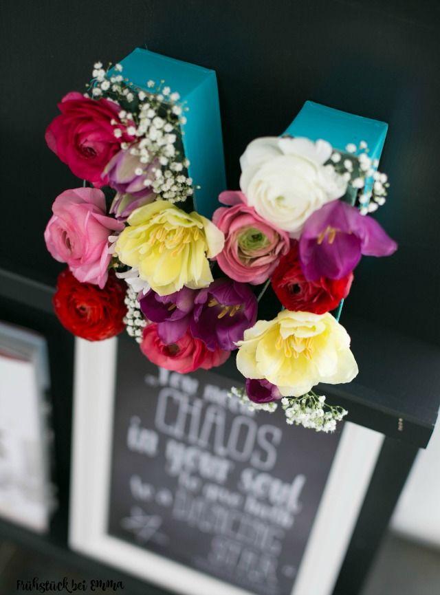 Bastelidee mit Blumen. Blumengruß mal anders..Gerade im Frühling sucht man eine Bastelidee mit Blumen. Hier habe ich aus 3 D Pappbuchstaben eine schöne Deko gebastelt ob aus Papierblumen oder echten Blumen oder Stoffblumen. Einfach in Steckmoos stecken Buchstaben anmalen und Hingucker genießen
