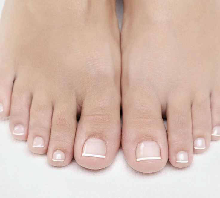 Versteckte Füße und Fußnägel gehören der Vergangenheit an - holen Sie Ihre Füße raus! Wir geben Ihnen Tipps für perfekt pedikürte Füße und Fußnägel.