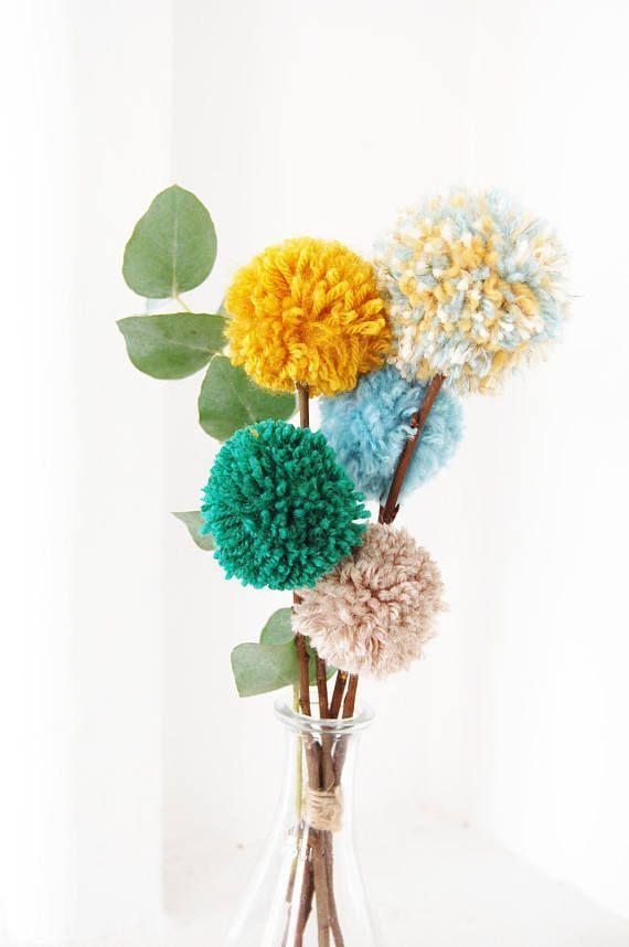 Blumenstrauss Pompons Recycelte Wolle Und Kastanien Holz In 2020 Pom Pom Flowers Pom Pom Crafts Flower Bouquet Diy