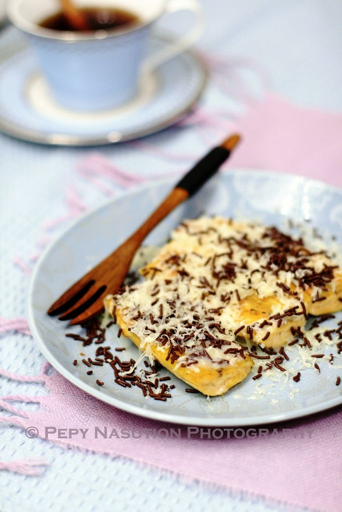 Pisang Bakar Coklat Keju (Grilled Banana with Chocolate and Cheese) | Indonesia Eats