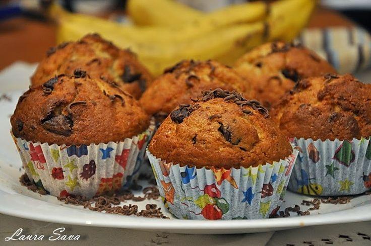 Muffins cu banane si ciocolata!!!!!!!!! Delicioase :) Ingrediente pentru 12 bucati: - 280 g. faina - un praf desare - 2linguritepraf de copt - 1 varf de cutit bicarbonat de sodiu alimentar (optional) - 2 banane coapte, zdrobite (cca. 300 g.) - 125 g. unt moale - 150 g. zahar - 6linguri lapte batut sau iaurt simplu - 2 oua mari (sau 3 oua mici) - 1 pachet zahar vanilat (10 g.) - 80g. + 20 g. ciocolata taiata bucatele Mod de preparare: Se incalzeste cuptorul la 180 grade C (foc potrivit)…