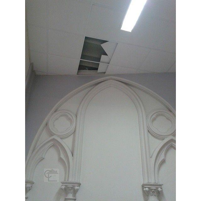 Lille. Tôle en fibro ciment amianté cachée sous un faux plafond, ayant servi à couler la dalle béton de l'étage supérieur.  Monument ancien. #diagnosticsimmobiliers #amiante #asbestos #nord #lille