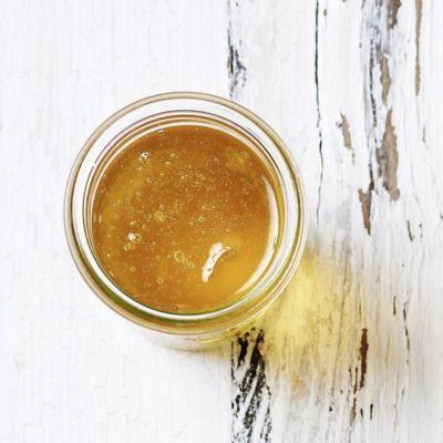 Die Quitte (portugiesisch: Marmelo) ist die Urfrucht der Marmelade. Hier präsentieren wir eine feine Gelee-Variante. Kandierter Ingwer sorgt für dezen...