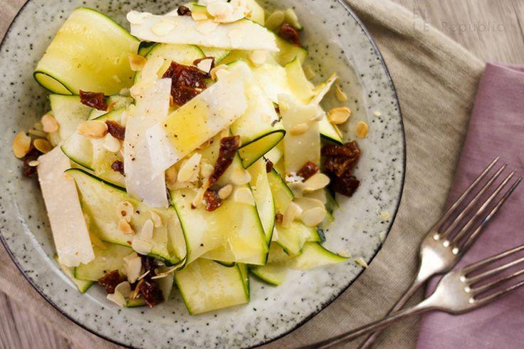 Zucchini Salat mit Trüffelöl mit Parmesan Käse und getrocknete Tomaten