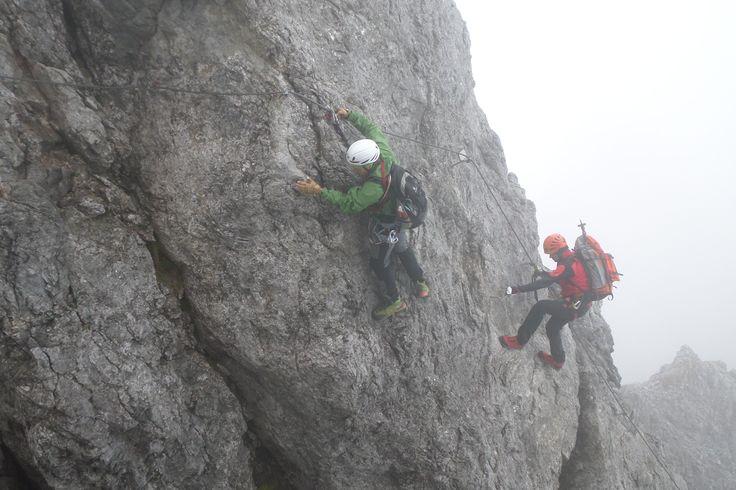 Sicherungen am Königsjodler #Klettersteig: ein fast durchgehendes Seil, nur sehr wenige zusätzliche Stifte oder Tritte, keine Leitern, aber dafür viele natürliche Griffe und Tritte. Ein besonderes #Berg Erlebnis für erfahrene Kletterer.  #Klettern #Alpen #Österreich