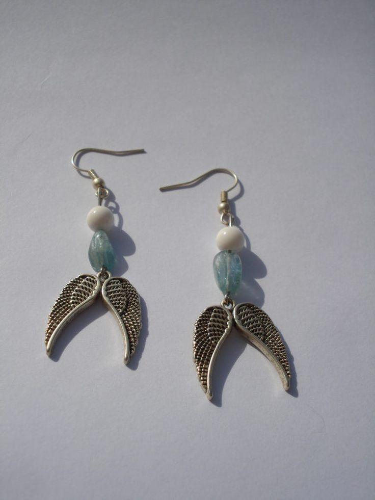Χειροποίητα σκουλαρίκια με ημιπολύτιμες πέτρες απο λευκό όνυχα και γαλάζιο απατίτη και σχέδιο μεταλλικά φτερά...