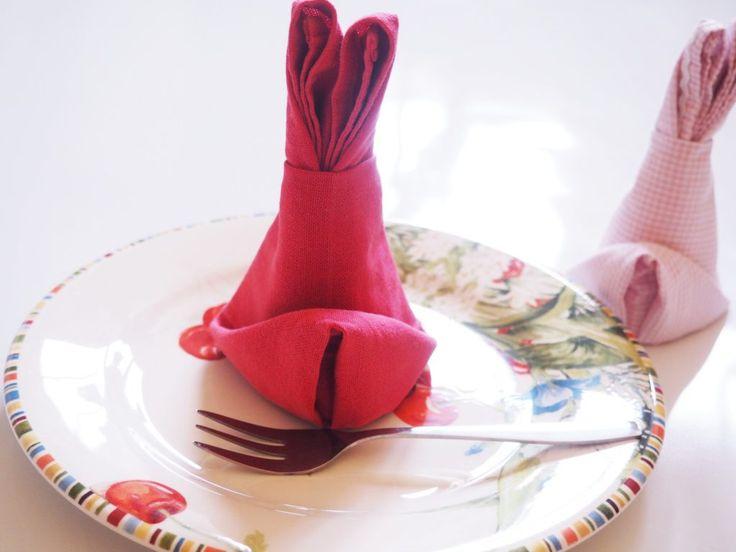 Servietten als Hasen falten: Hoppsassa, hoppeldipoppel - übermorgen ist Ostern! Ich liebe bunte Papierservietten mit Häschen, aber ich habe mal durchgerechnet, was ich in den letzten Jahren da so alles in die Tonne geworfen habe. Also gibt es nun Stoffservietten und ich zeige heute, wie man sie in niedliche Häschenform falten kann.