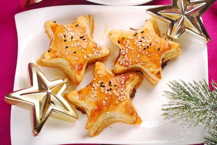 Le stelline di sfoglia con prosciutto e formaggio sono un antipasto perfetto per le feste di Natale, che si prepara in pochissimi minuti. Ecco la ricetta