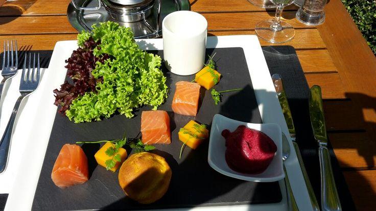 Cubi di salmone affumicato al tavolo
