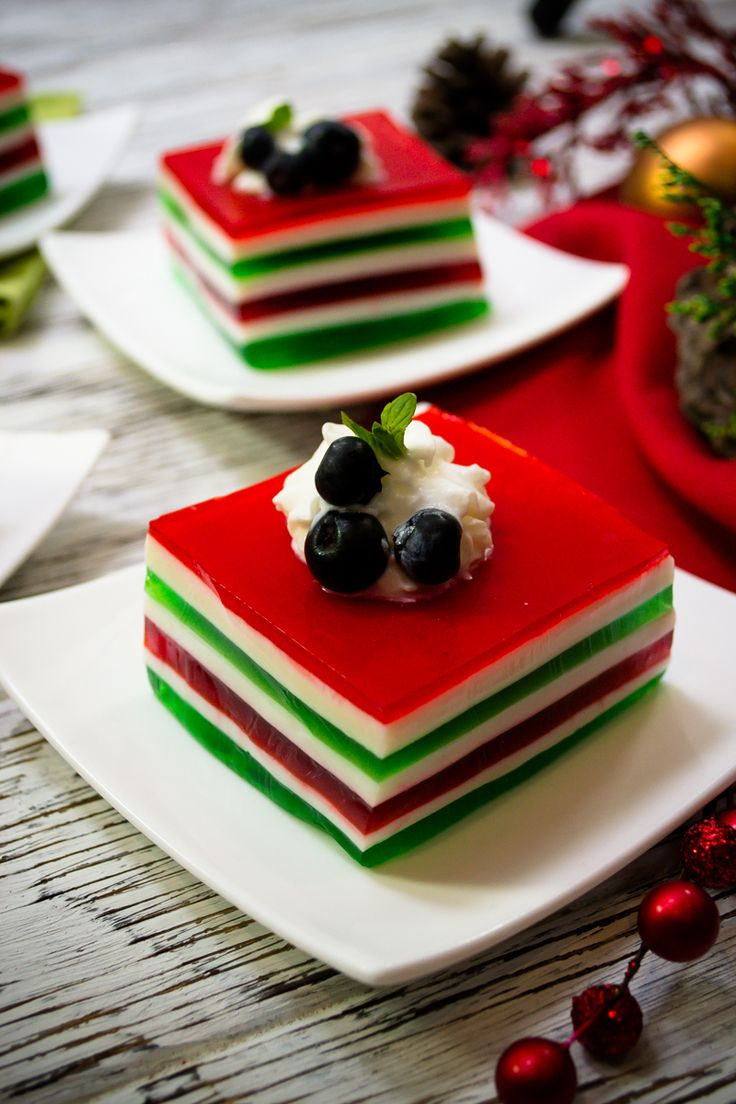 Prepara estas fáciles gelatinas individuales navideñas. Son muy fáciles de hacer y quedan con un acabado increíble que sorprenderá a tus amigos y familiares. Las puedes decorar como más te guste y además son ideales para una comida o cena navideña.