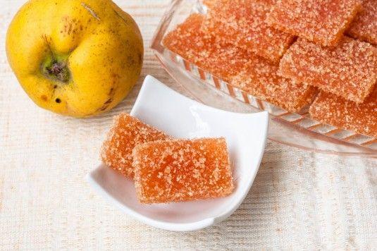 Когато погледнете бонбоните от дюли няма как да не се сетите за лимоновите резенки. Само че бонбоните от дюли са в пъти по-вкусни и в пъти по-ароматни от лимоновите резенки, тъй като са приготвени от истински плодове. Високото съдържание на пектин в дюлите позволява бонбоните от дюли да стегнат и да се желират без добавки, а това прави бонбоните от дюли едни не само вкусни, а и безвредни сладкишчета.…