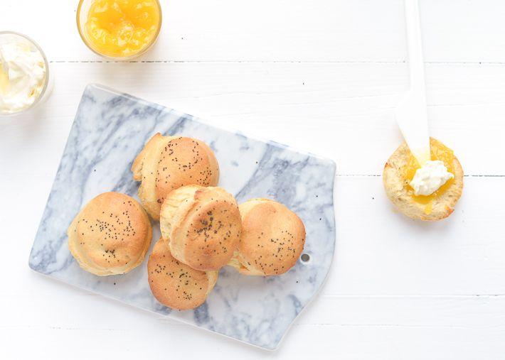 Superlekker en eenvoudig recept voor citroenscones met maanzaad, lemoncurd en clotted cream.