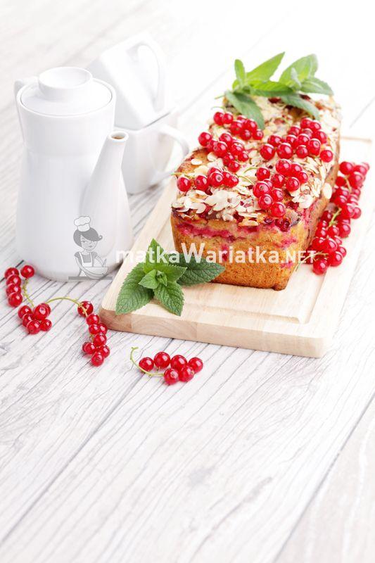 cake with red currants :)  http://www.matkawariatka.net/2014/06/drozdzowe-bez-wyrabiania-z-porzeczkami-i-migdalami/