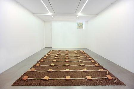 Gina Pane-Terre protégée I , 1968  Installation : bois, chanvre et terre Env. 7 x 400 x 420 cm Foto di Petra Fantozzi