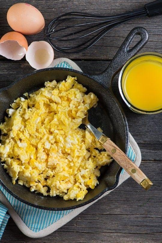 Domingo é o dia da família, do descanso – e do ovo mexido também. Um pequeno-almoço de domingo sem ovos mexidos não é digno do nome que carrega. E uns ovos mexidos sem alguns cuidados básicos não são dignos de um domingo. Como vê, está tudo ligado e podíam...