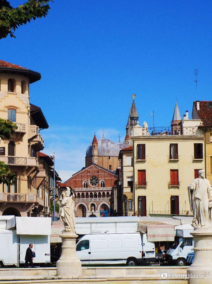 Oltre le bancarelle del Prato della Valle, la Basilica del Santo, meta, ogni anno, di migliaia di pellegrini.