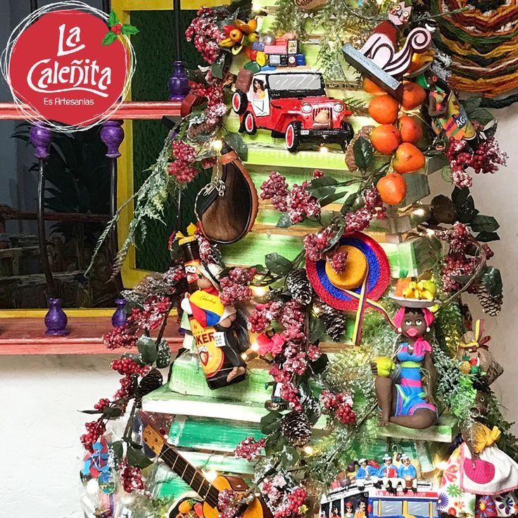 Un Árbol de Navidad muy colombiano que personalizamos con artesanías típicas. Aquí en Artesanías La Caleñita, la Navidad la celebramos a un estilo muy autóctono. 💖🎄😍 #ArtesaniasColombianasHechasAMano #ArtesaniasTipicasDeColombia #ArtesaniasDeColombia