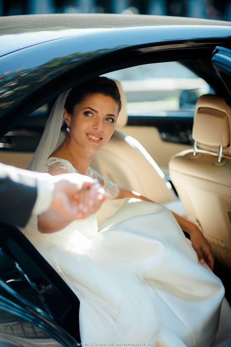 must have bridal portrait on your wedding day #grabazei #weddingphotoideas #bridalportrais #bridalpreparations #gettingreadybride #weddingcarportrait