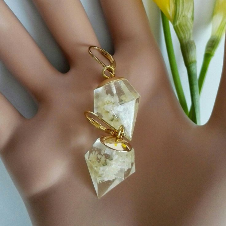 Diamond shaped earrings preserving delicate flowers