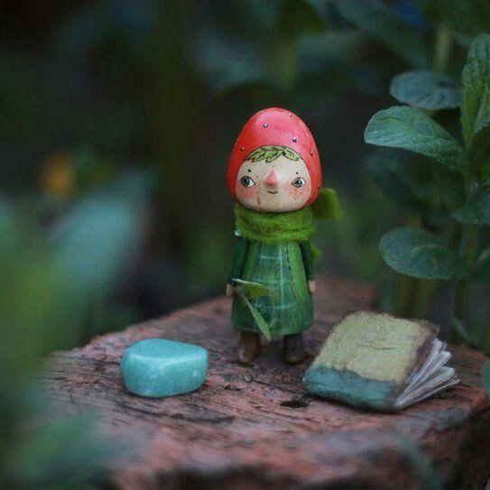 маленькая берёзовая куколка Земляничка живёт в травяном текстильном доме. в одном кармашке у неё спаленка, в другом кладовочка, там гербарий (его можно дополнить) и самоцвет на удачу (нефрит). гербарий от чудесной @olgamutina, керамическая пуговка (последняя в этом сезоне :) от @natashakuko 🌿куколка забронирована/sold    #woodentoys #woodcarvind #toyforgirl #woodtoy #woodendolls #miniature #minidoll