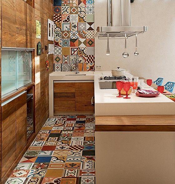 No espaço gourmet da casa, a moradora pediu uma decoração alegre. O colorido ficou por conta dos ladrilhos hidráulicos, que cobrem o piso e sobem pela parede. Projeto do arquiteto Samy Dayan e da designer de interiores Ricky Dayan