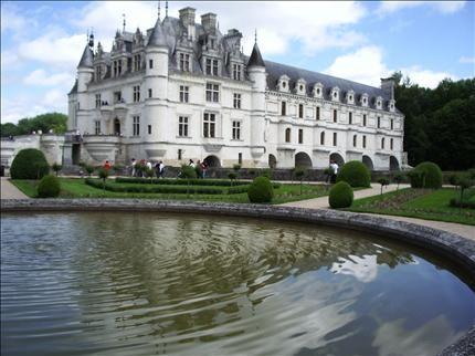 El Valle del Loira es uno de los lugares más románticos de Francia, contando con un paisaje que parece salir de un cuento de hadas, repleto de bosques, la más pura naturaleza y una gran cantidad de castillos antiguos. Es tanta la belleza de este sitio que la UNESCO lo ha nombrado Patrimonio de la Humanidad.