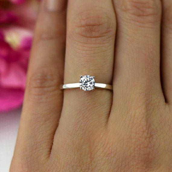 Jedes handgefertigte Stück ist die perfekte konfliktfreie Alternative zu einer verminten Diamant gestaltete. Man spürt gut zu wissen, dass menschliches Leben nicht geopfert wurde, um Ihren Schmuck zu machen. Unsere Steine sind geschnitten und facettierten nach höchsten Qualitätsstandards, maximale Brillanz zu erreichen. Der auffällige Glanz dieses Stückes ist absolut atemberaubend!  ◆ Ungefähre Stein Größe: 1/2 Karat ◆ Stein Abmessungen: 5mm ◆ Stil: Solitaire ◆ Form: brillant Schliff ◆ M...