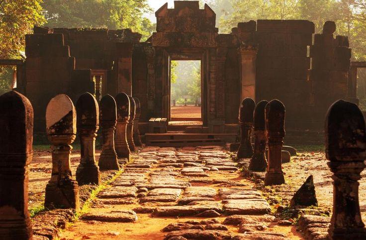 • Le temple de Koh Ker, au centre de l'ancienne capitale du Cambodge de 928 à 944, sous le règne de Jayavarman IV. Il est situé à 100 km au nord-est d'Angkor. #Cambodia #Angkor #travel #trip #voyage #temple #heritage #architecture #heritage #sunset