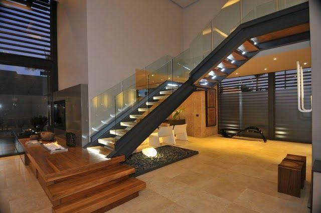 contemporist 2  Escada em estrutura metálica com degraus em madeira e guarda-corpo em vidro. Destaque para os 3 primeiros degraus que são diferentes dos outros e já formam o móvel da tv.