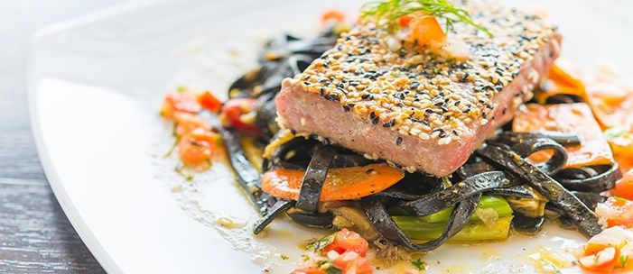 Stek z tuńczyka na tagliatelle w sosie z białego wina