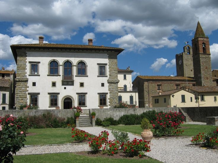 Monte San Savino, home to a Pope in the XVI century, is ideal for romantic weddings in an elegant Town Hall palace with Italian garden and great views.