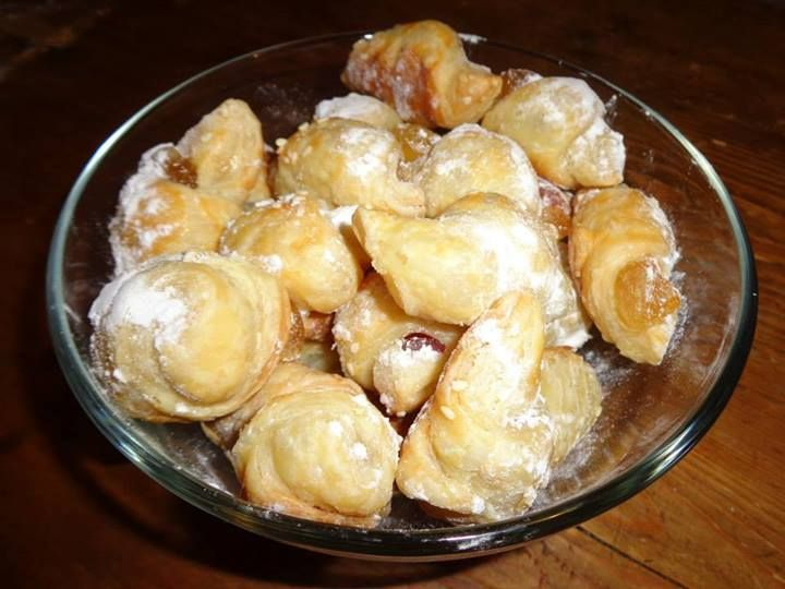 Triangular dumpling with turkish delight / Cornulete cu rahat