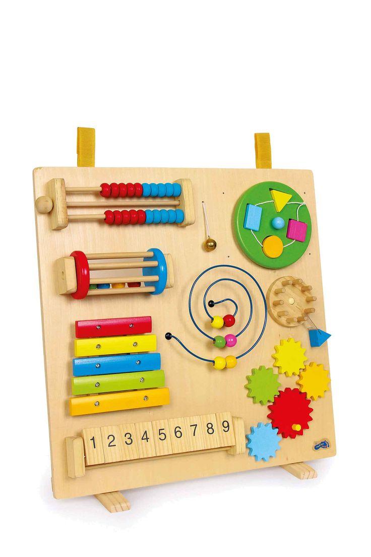 """De fijne motoriek van de vingers speels en met plezier oefenen wordt met de 8 functies echt """"kinderspel""""! De houten parels op de kleine abacus verschuiven, aan de xylofoon zachte en klankvolle tonen ontlokken, houten parels op de metalen spiraal bewegen of vormen bij de draaibare schijf inpassen en de 5 tandwielen op de handgreep laten roteren, dat maakt kleine handen enthousiast! Een combinatie van stevig multiplex en bont gelakte of gelazuurde massief houten delen, dat maakt de k..."""