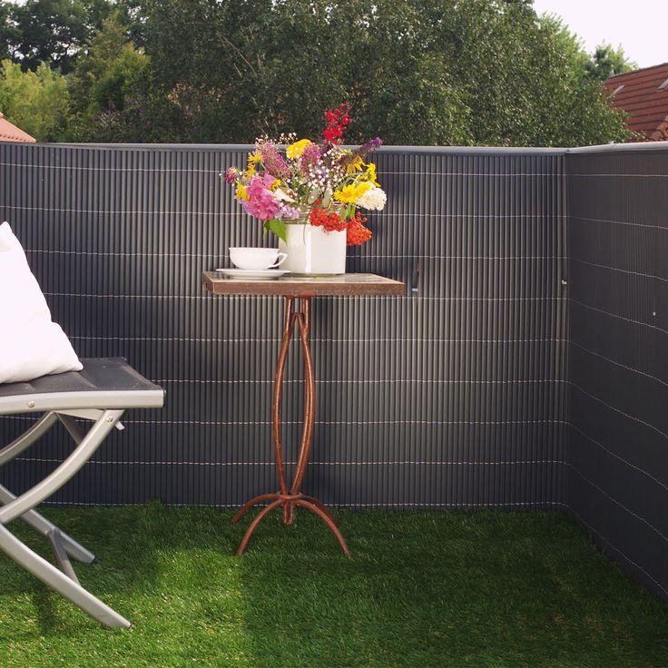 Sichtschutzmatten in anthrazit wirken auf dem Balkon oder im Garten edel, klar und vermitteln Ruhe. Zugleich sind sie sowohl mit Naturtönen, wie Holz und Grün, als auch mit leuchtend bunten Farben schön zu kombinieren. Die absolut...