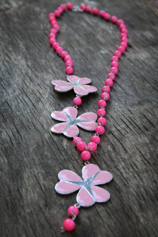 This pink, romantic necklace is ready for summer to come. Actually pink symbolizes hamony, love, friendship, support, so it will be a great ally while meeting with friends. ;)