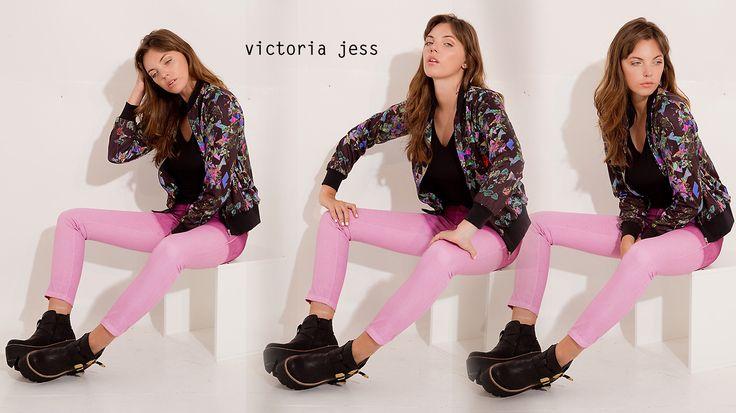 [ #CONJUNTOS #VictoriaJess ] Art. 233: campera bomber neoprene estampado  Art. 275b: jean oxford colores Art. 509: remera básica escote v con bordado