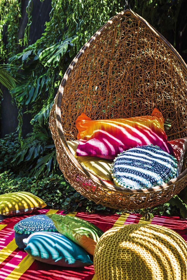 Rincón en un jardín decorado con colores brillantes como fucsia, naranja y turquesa. Una producción imperdible de #LivingMarzo (los datos de todos los productos, en la nota).