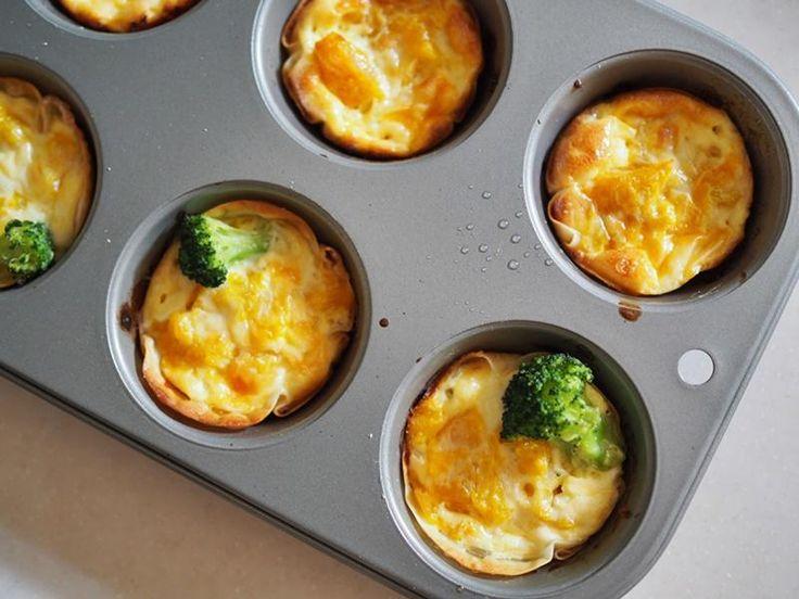 1、みじん切りにした玉ねぎを耐熱容器に入れ、バターを10グラム加えて2分加熱  2、生クリーム100ccに卵2個とピザ用チーズ30グラムを加えよくまぜる  3、マフィン型に餃子の皮をセットし、    1の玉ねぎとお好きなトッピング(ベーコンやウインナーやブロッコリー)を入れ    2のキッシュ液を流しいれる  4、オーブントースターで15分焼く