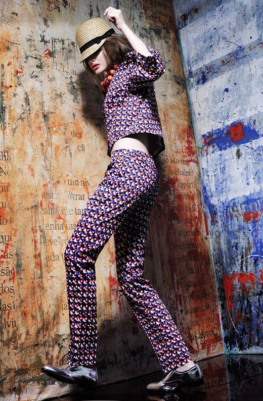 Casaco em sarja acetinada com padrão geométrico azul e vermelho Max&Co €112,5 Calça em sarja acetinada com padrão geométrico azul e vermelho Max&Co €97,30 Boné em palhinha Easy Wear, €6,99 no El Corte Inglês Colar em metal e acrílico vermelho Marta Fontes €120, na Up Boutique Sapatos de modelo masculino em pele prateada Gloria Ortiz €93, no El Corte Inglês