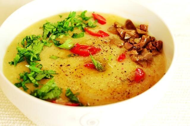 supă cremă de usturoi cu ierburi aromatice și măsline | walk with the wok
